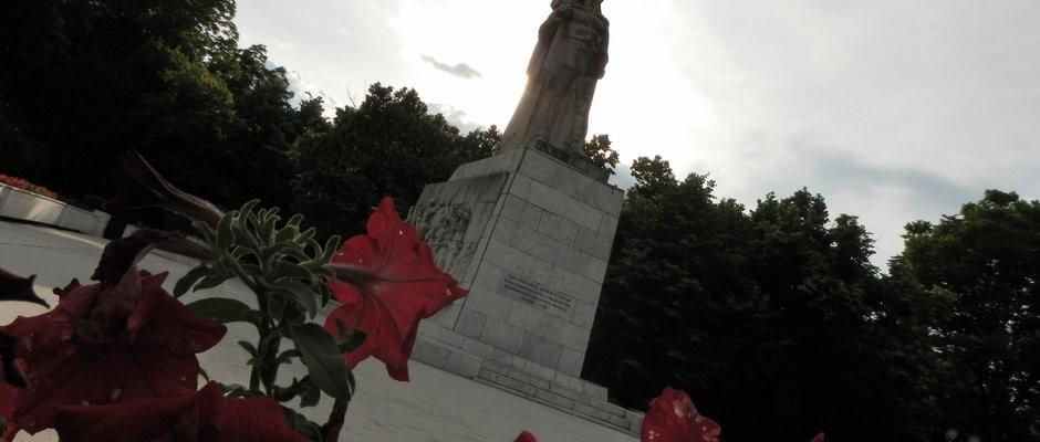rsz_2_monumentul_ostasului_roman_parcul_central_8