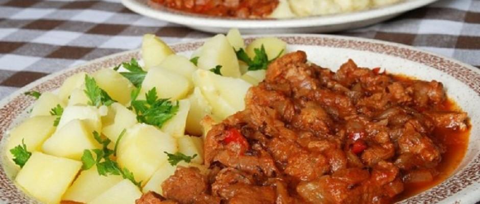 tocanita picanta din carne de porc cu cartofi