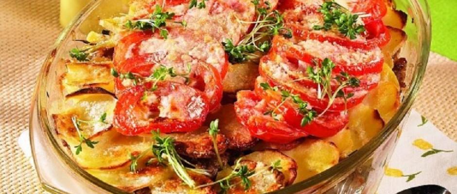 budinca de carne de porcu cu cartofi noi si rosii la cuptor